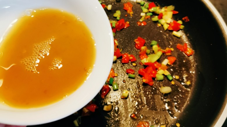 香菇鹌鹑蛋,倒入碗汁