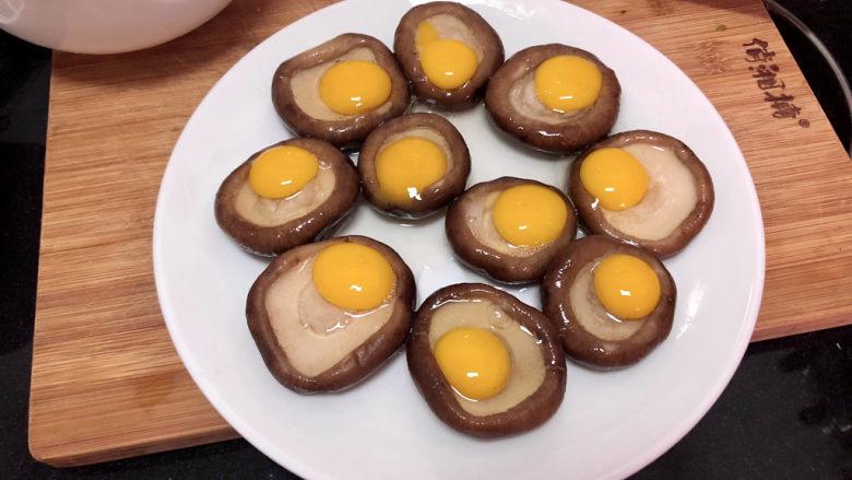 香菇鹌鹑蛋➕ 翠苑红芳晴满目,将鹌鹑蛋打入香菇盏中,