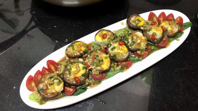香菇鹌鹑蛋➕ 翠苑红芳晴满目,把调味汁浇在香菇盏青菜上,即可。