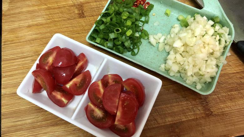 香菇鹌鹑蛋➕ 翠苑红芳晴满目,改刀:小葱分葱白葱绿,分别切末,小米辣切圈,蒜切蒜蓉,小番茄切块