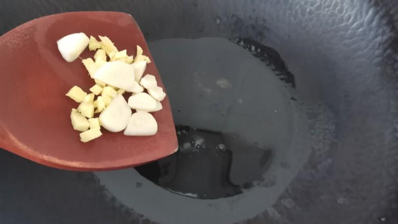 泡椒鸡胗,热油放入蒜片姜末炒香
