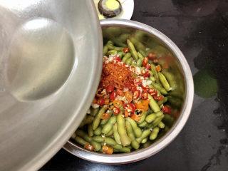 香辣毛豆➕青青自是风流主,分次浇上热油,拌匀