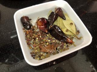 香辣毛豆➕青青自是风流主,香料温水浸泡一会,去除浮灰