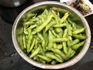 香辣毛豆➕青青自是风流主,不断揉搓,去掉毛豆表面的脏东西,清洗控水备用