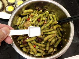 香辣毛豆➕青青自是风流主,拌匀,尝下咸淡,如果觉得不够咸,可以再补充点食盐,拌匀即可。如果时间充裕,可以放冰箱冷藏两小时更入味更脆嫩更好吃