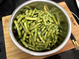 香辣毛豆➕青青自是风流主,捞出毛豆。基本上毛豆已经入味了。