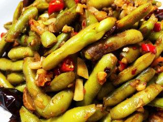 香辣毛豆➕青青自是风流主,这道香辣毛豆,做法简单,毛豆脆嫩,咸鲜香辣,夏日里佐餐宵夜,都是很不错的选择。喜欢的小伙伴们快来试试吧😄