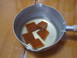 椰汁千层糕,简单四种材料,一次就学会!,将200毫米的水和红片糖一起放入锅里