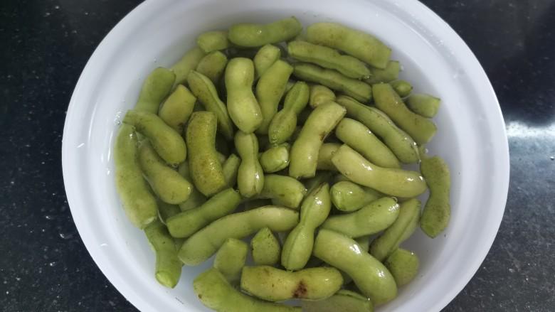 香辣毛豆,用温的淡盐水浸泡10分钟