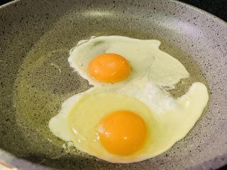 豆芽炒粉条,锅加食用油,热锅,加入鸡蛋;