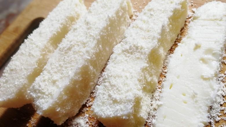 椰奶小方【零失败】,手感Q弹啊,切成粗条,裹上椰蓉。