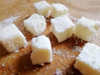 椰奶小方【零失敗】,切成小方,裹上椰蓉。