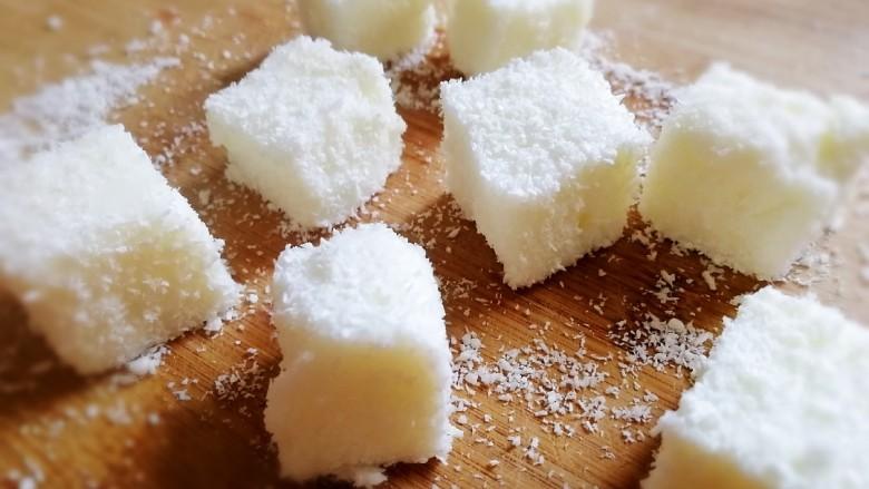 椰奶小方【零失败】,切成小方,裹上椰蓉。