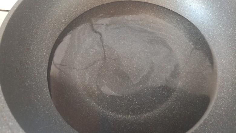 香菇鹌鹑蛋,锅中加入少许的水