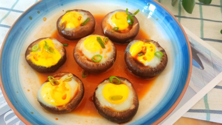 香菇鹌鹑蛋,蒸熟之后将所有的料汁调匀之后浇在上面。即可食用,是不是超级简单呀?