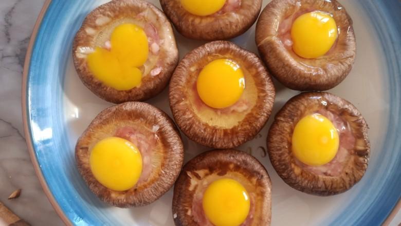 香菇鹌鹑蛋,鹌鹑蛋都敲在香菇上面。