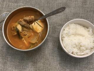韓式泡菜豆腐湯,準備好米飯,一勺泡菜湯一勺米飯,即可食用