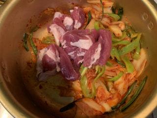 韓式泡菜豆腐湯,放入豬肉,稍微煎一下半熟