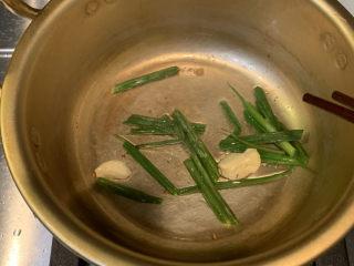 韓式泡菜豆腐湯,放入準備好的蔥段和蒜,中小火翻炒出味道