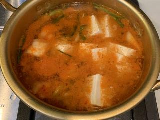 韓式泡菜豆腐湯,把水煮開后放入豆腐大火燒開