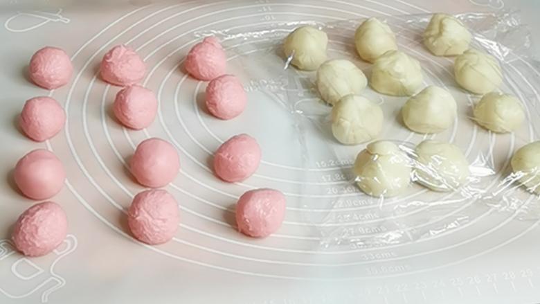 三生三世十里桃花酥,颜值与美味并存,美到醉~~,将松弛后的油皮和油酥分别分成12份,覆盖上保鲜膜,松弛15分钟。