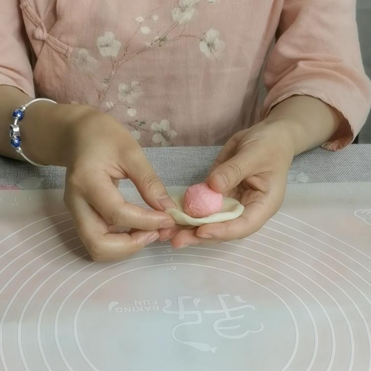 三生三世十里桃花酥,颜值与美味并存,美到醉~~,包酥:取一份水油皮,按成扁圆形,将粉色的油酥,收口朝下;
