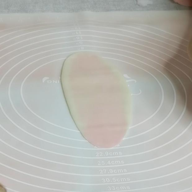 三生三世十里桃花酥,颜值与美味并存,美到醉~~,把包好的酥,用擀面杖擀成长舌形,注意不要太用力,以免把里面的油酥擀出来。这部是出酥的关键