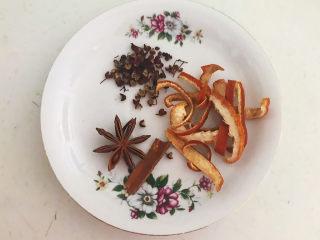 凉拌猪肚丝,准备干料:八角,桂皮,陈皮,花椒粒