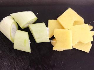 凉拌猪肚丝,大葱切成段,鲜姜切成片