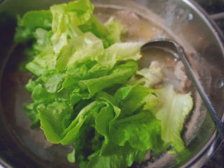 猪杂汤米线,最后倒入生菜