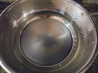 猪杂汤米线,冷水下锅煮开