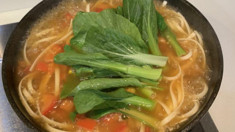 番茄浓汤面,放入青菜煮熟