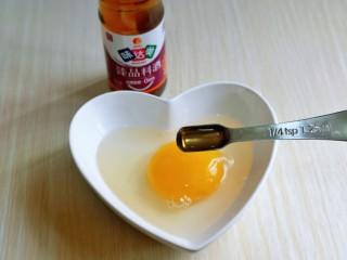 番茄炒丝瓜,鹅蛋磕碗里,加入料酒去腥。