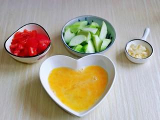 番茄炒丝瓜,再用筷子打散,准备工作完成。