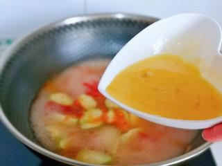 番茄炒丝瓜,淋上蛋液,打蛋花。