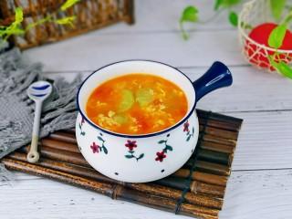 番茄炒丝瓜,盛出装入汤碗中,简单快手,夏天的最佳之选。