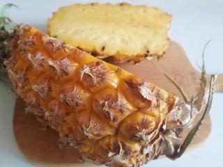 菠萝饭,菠萝如图切开,2/3的地方切
