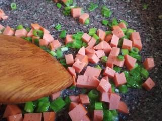 菠萝饭,锅再放一点油,放入葱花火腿,炒出香味