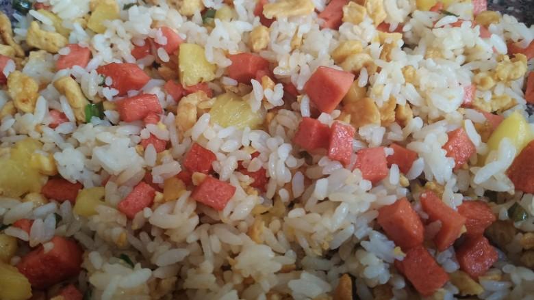 菠萝饭,最后出锅前撒点鸡精