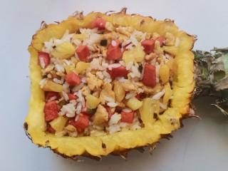 菠萝饭,炒好的米饭盛到挖好的菠萝里