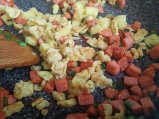 菠萝饭,再放入菠萝肉和鸡蛋,生抽,略炒一下