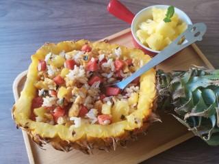 菠萝饭,菠萝饭做法很多,有海鲜饭。还有放青椒,花生米,豌豆玉米等等,按自己的喜好来。