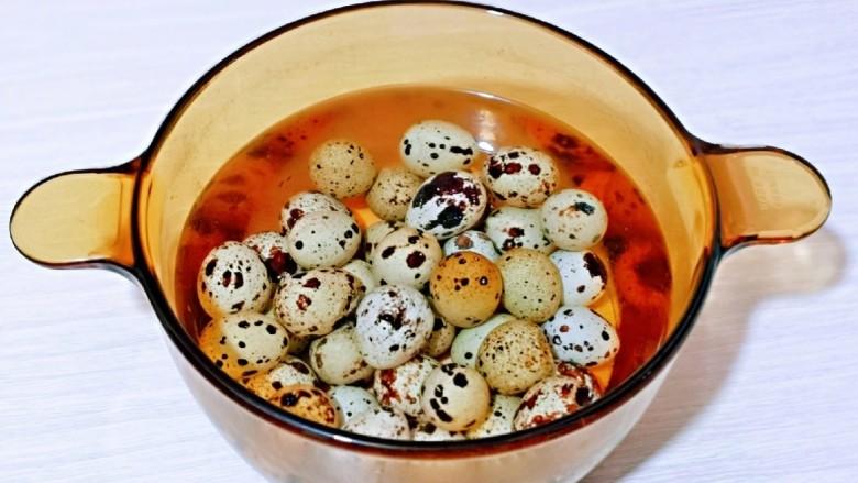 红烧鹌鹑蛋,煮鹌鹑蛋的热水倒掉,冷水反复冲,冷水再泡5分钟。