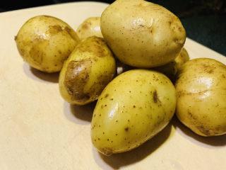 三黄鸡炖土豆,土豆洗净;
