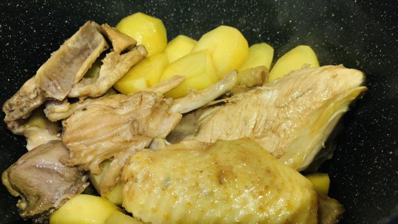 三黄鸡炖土豆,炒上色;