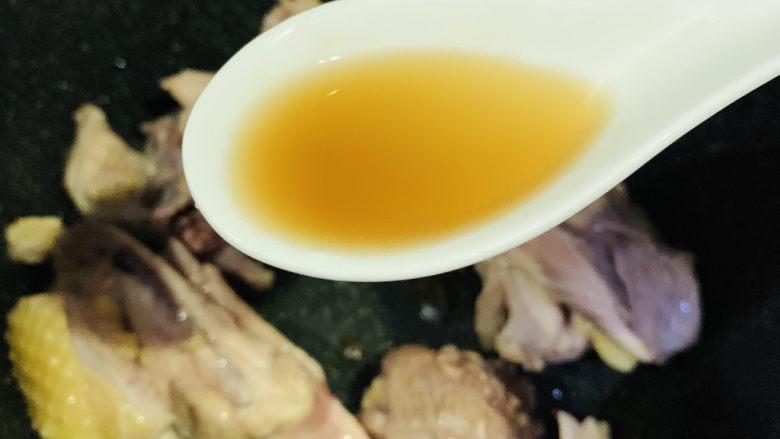 三黄鸡炖土豆,加<a style='color:red;display:inline-block;' href='/shicai/ 718'>料酒</a>;