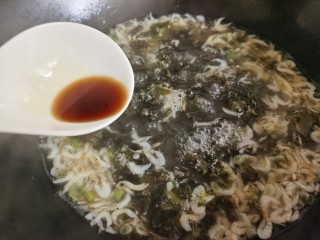 紫菜虾皮汤,加入一点生抽。