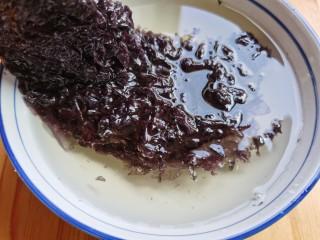紫菜虾皮汤,紫菜泡开淘洗几遍,控水备用。