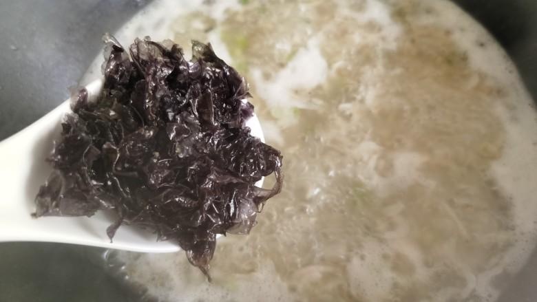 紫菜虾皮汤,放入洗好的紫菜。