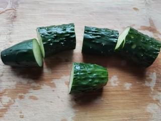 凉拌腐竹黄瓜,黄瓜切成小段